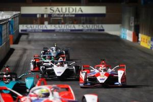 Alex Lynn, Mahindra Racing, M7Electro, leads Norman Nato, Venturi Racing, Silver Arrow 02, Rene Rast, Audi Sport ABT Schaeffler, Audi e-tron FE07, and Nyck de Vries, Mercedes Benz EQ, EQ Silver Arrow 02