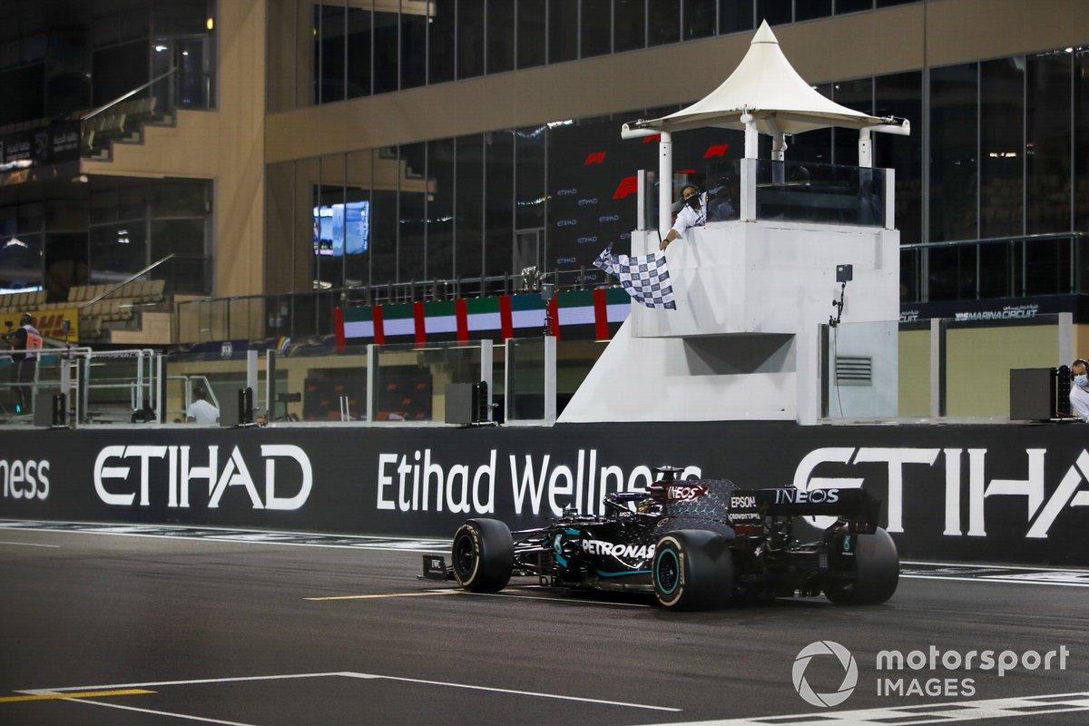 Lewis Hamilton, Mercedes F1 W11, 3ª posición, pasa la bandera a cuadros