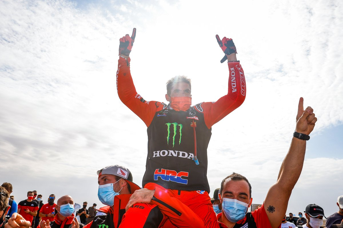 #47 Monster Energy Honda Team: Kevin Benavides festeggia con il team team