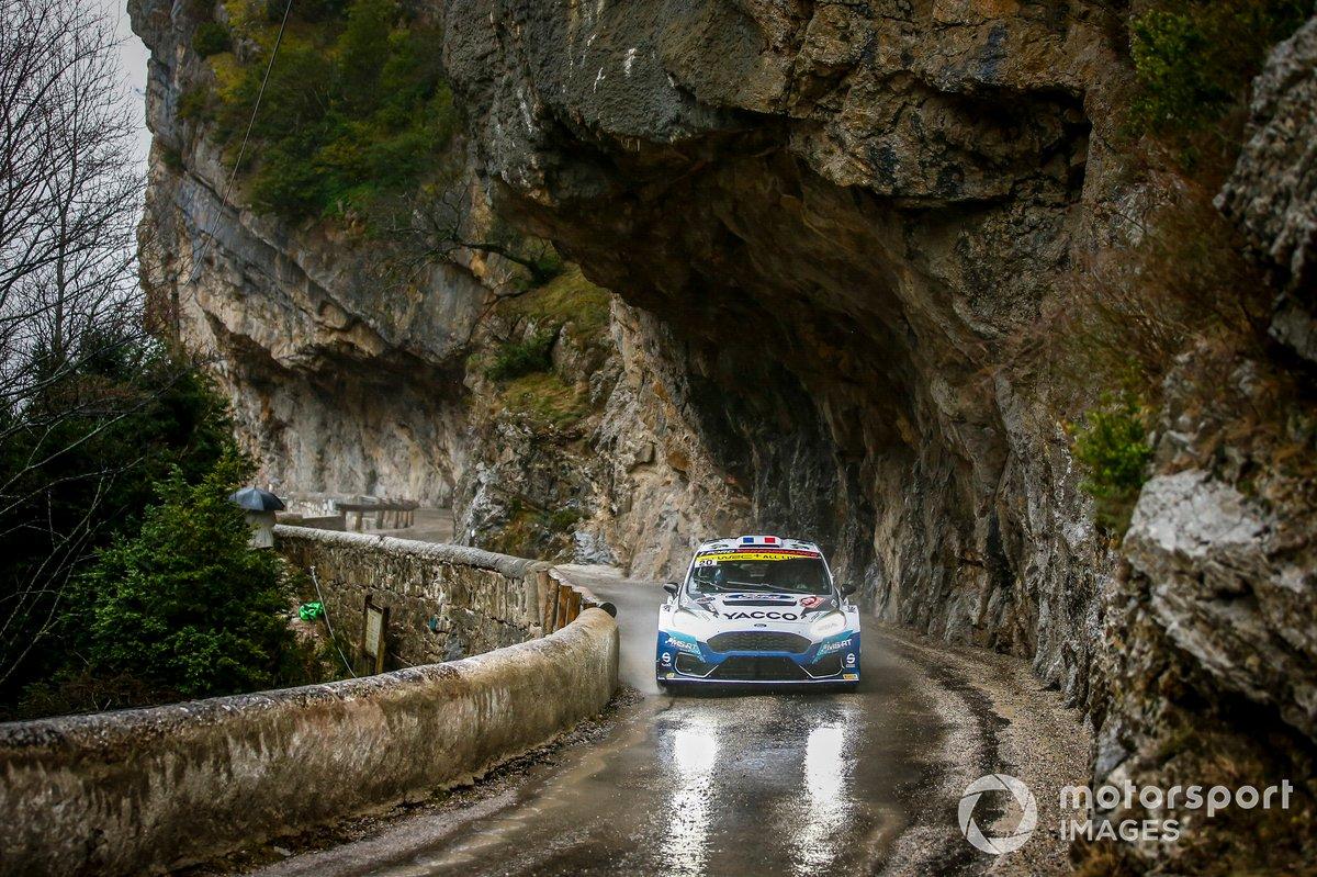 Adrien Fourmaux, Renaud Jamoul, M-Sport Ford WRT Ford Fiesta Rally2 berjalan di bawah tebing