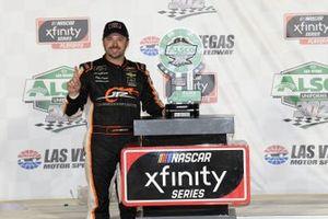Ganador Josh Berry, JR Motorsports, Chevrolet Camaro PFJ Thank A Trucker, celebra en victory Lane.