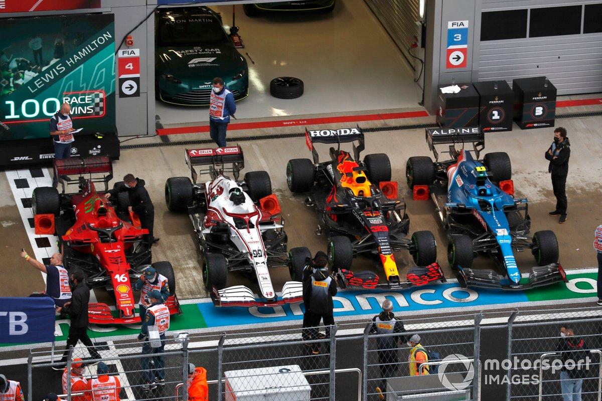 Los coches de Charles Leclerc, Ferrari SF21, Antonio Giovinazzi, Alfa Romeo Racing C41, Max Verstappen, Red Bull Racing RB16B, y Esteban Ocon, Alpine A521, en el Parc Ferme