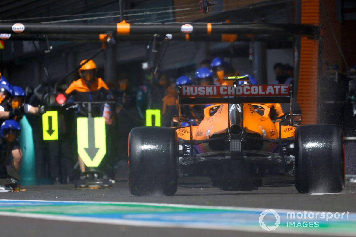 Lando Norris, McLaren MCL35M, en pits