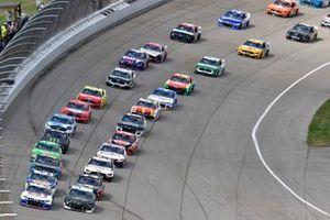 Restart: Kyle Larson, Hendrick Motorsports, Chevrolet Camaro Cincinnati, Austin Dillon, Richard Childress Racing, Chevrolet Camaro BREZTRI