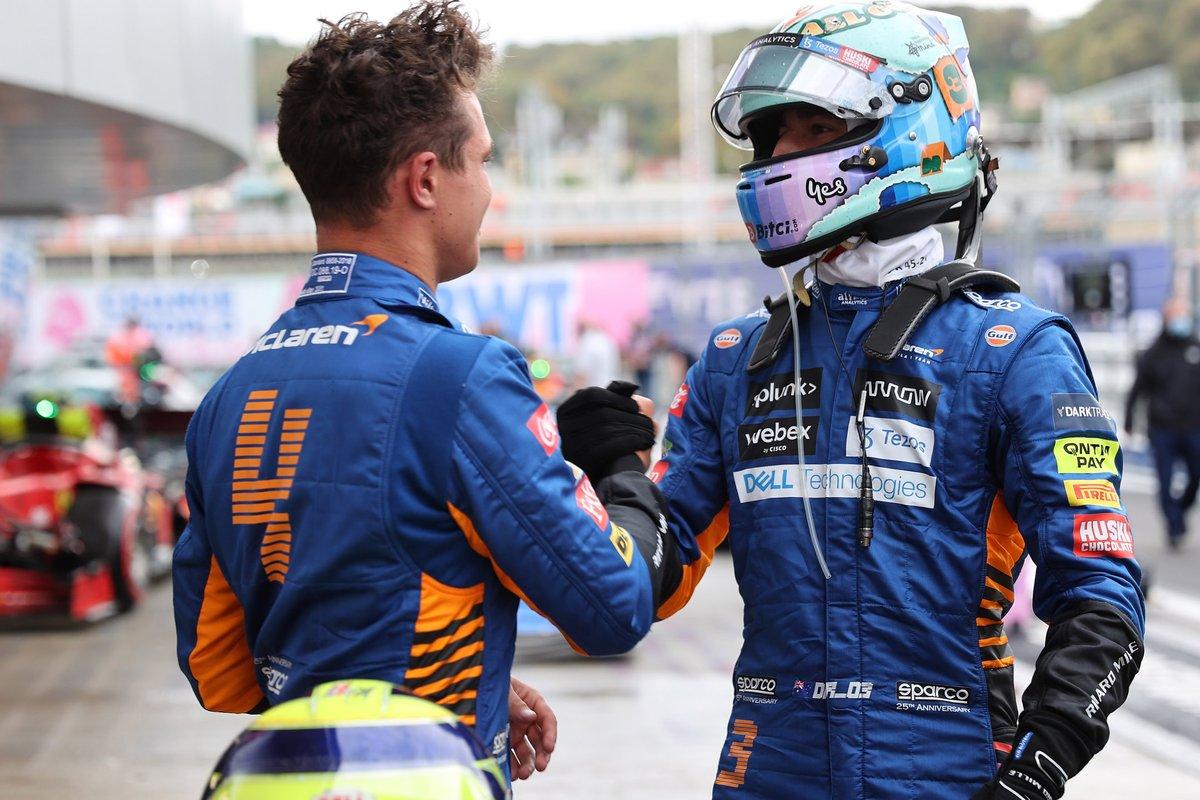 Daniel Ricciardo, McLaren, felicita a Lando Norris, McLaren, por conseguir la pole