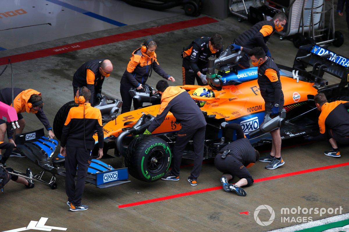 Lando Norris, McLaren MCL35M, in pit lane con i meccanici