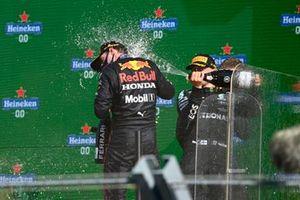 Max Verstappen, Red Bull Racing, 1a posizione, viene colpito con lo champagne da Valtteri Bottas, Mercedes, 3a posizione, sul podio