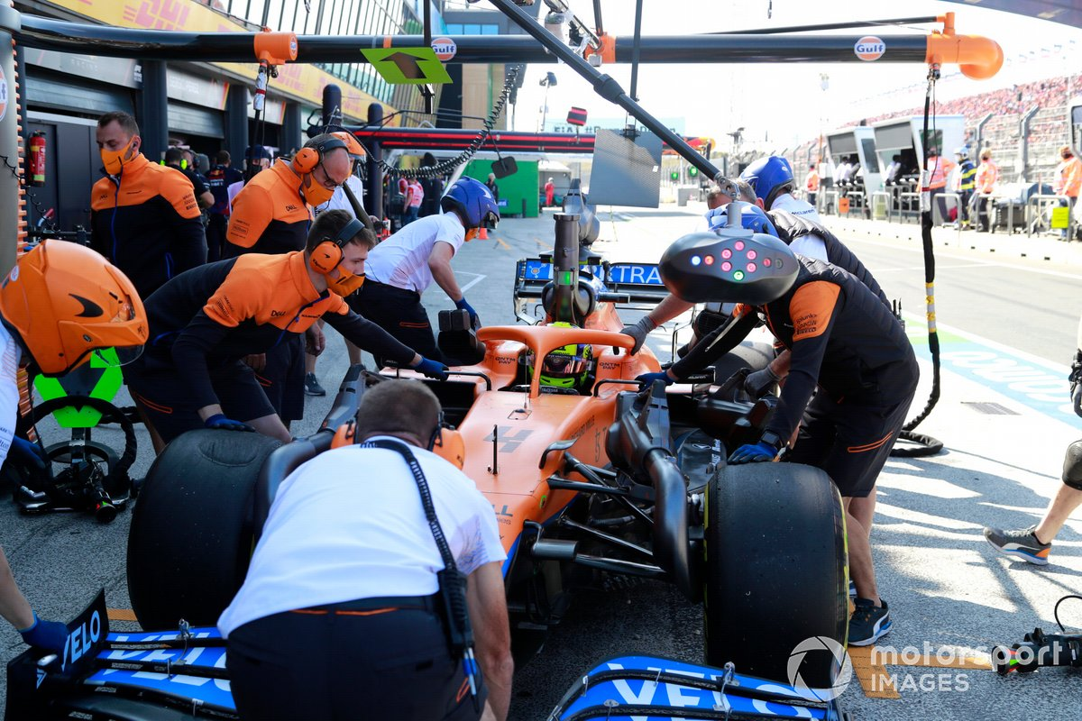 Lando Norris, McLaren MCL35M, ai box durante le prove