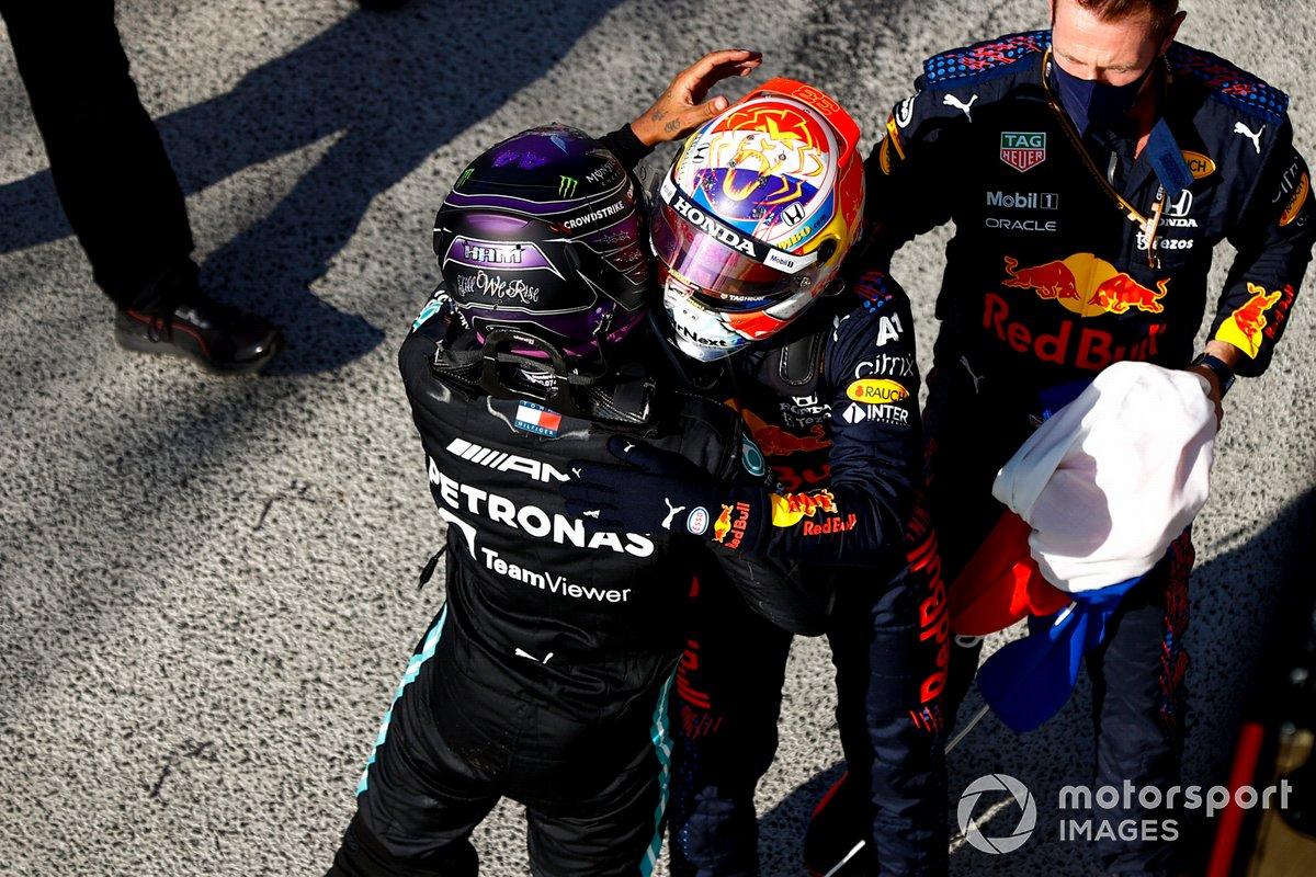Lewis Hamilton, de Mercedes, 2ª posición, y Max Verstappen, de Red Bull Racing, 1ª posición, se felicitan mutuamente en el Parc Ferme tras la carrera