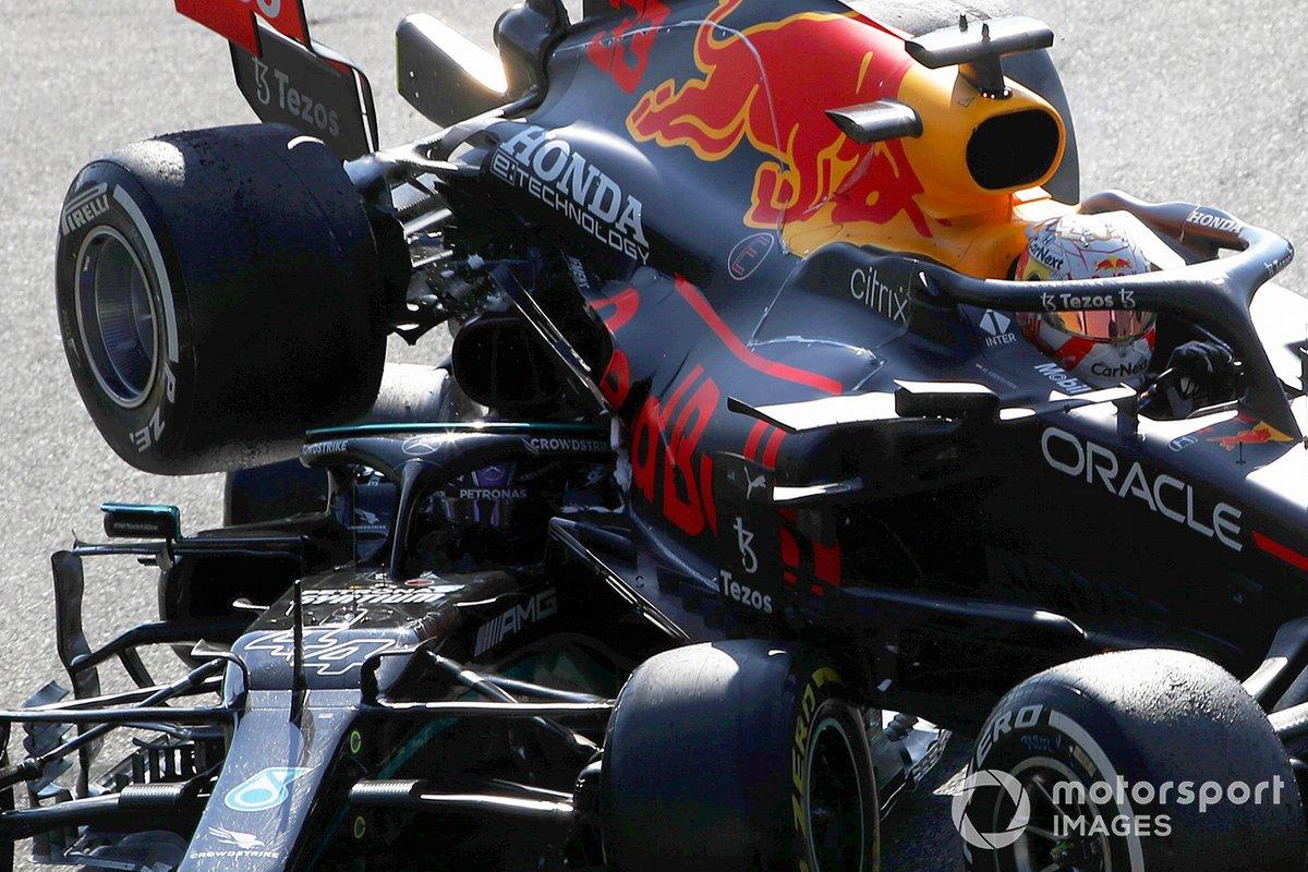 Max Verstappen, Red Bull Racing RB16B, Lewis Hamilton, Mercedes W12, dopo l'incidente alla prima variante