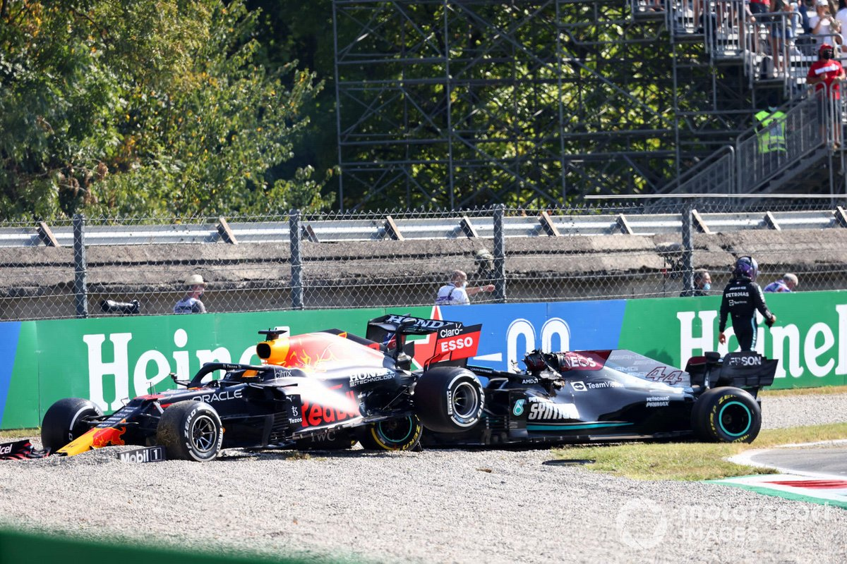 Lewis Hamilton, Mercedes, se aleja de su coche tras chocar con Max Verstappen, Red Bull Racing RB16B
