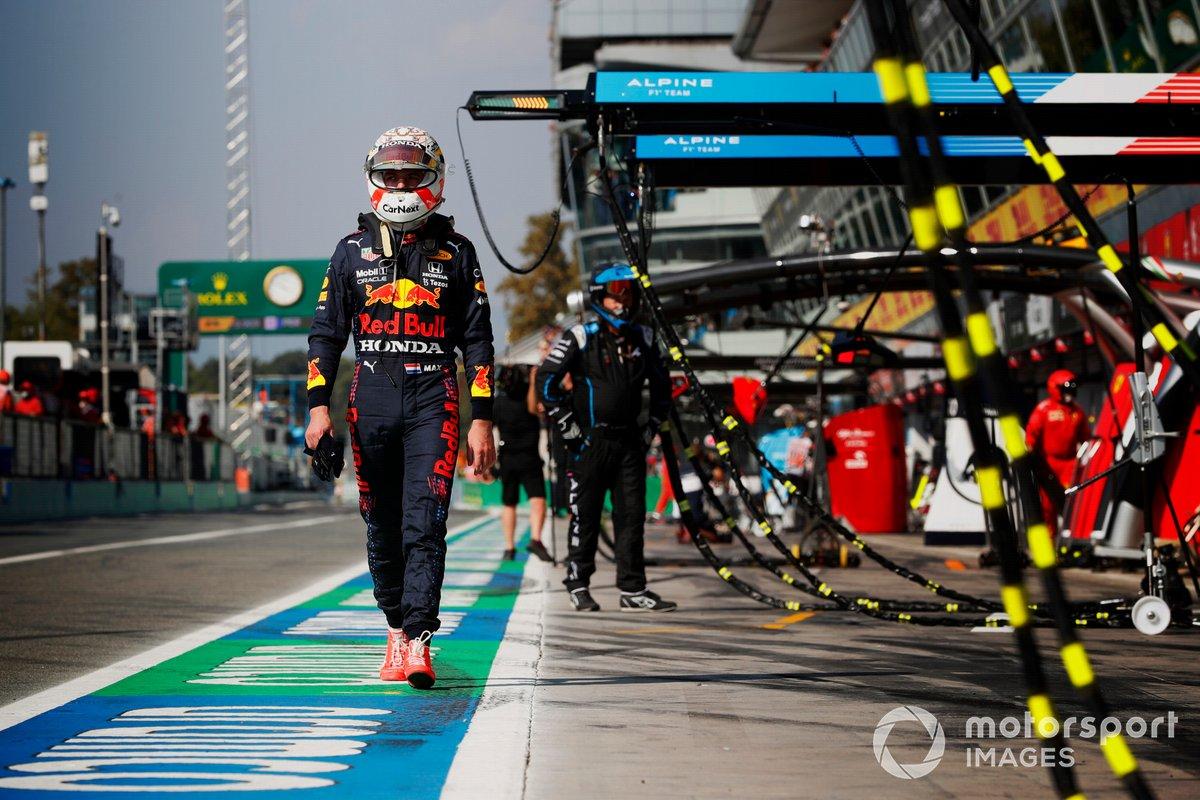 Max Verstappen, Red Bull Racing, regresa al garaje tras chocar con Lewis Hamilton, Mercedes
