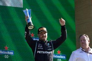 Valtteri Bottas, Mercedes, 3de plaats, tilt zijn trofee op