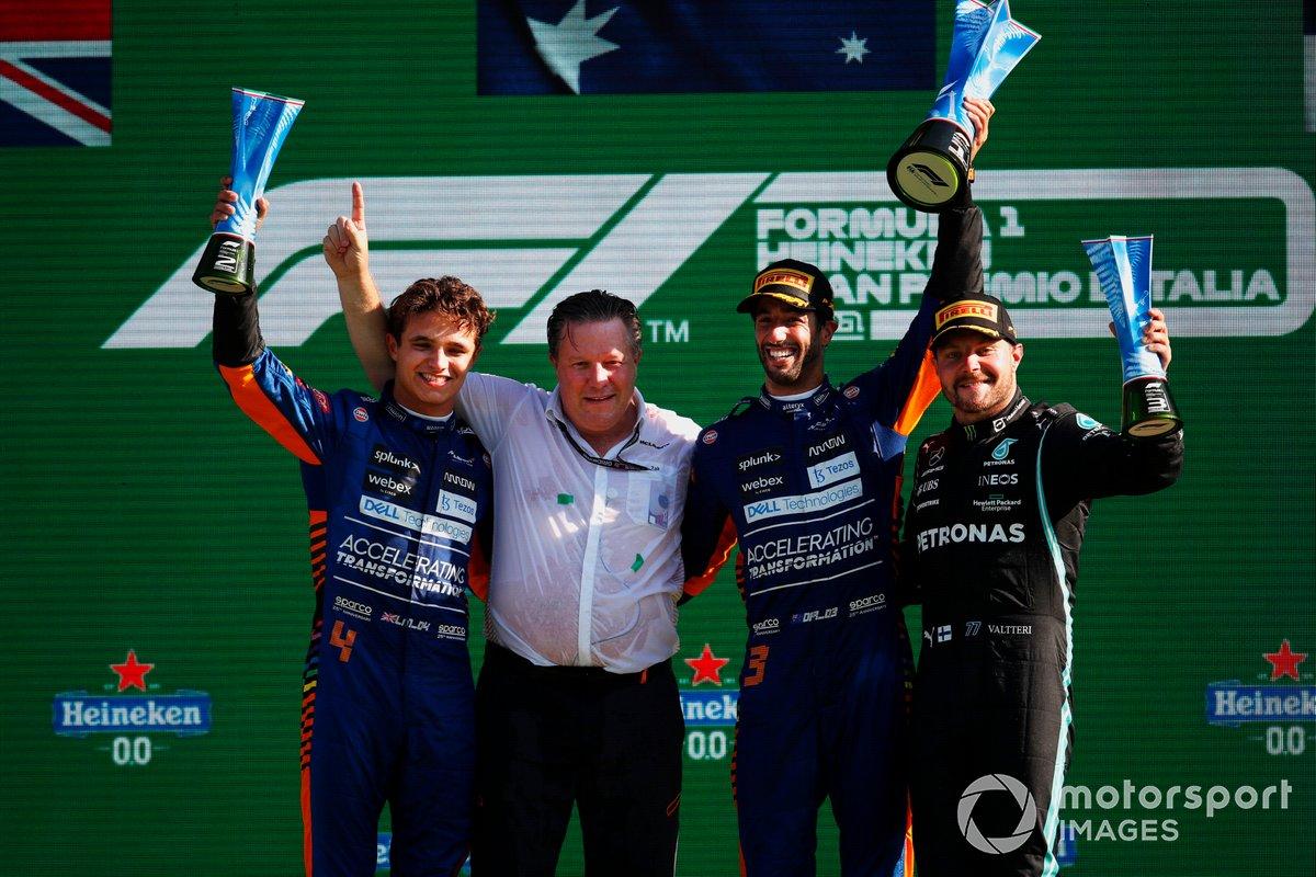 Podio: segundo lugar Lando Norris, McLaren, ganador Daniel Ricciardo, McLaren, tercer lugar Valtteri Bottas, Mercedes, y Zak Brown, CEO de McLaren Racing