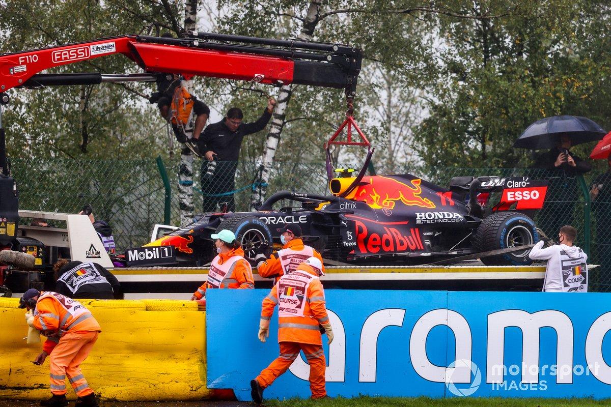 Los comisarios retiran el coche de Sergio Pérez, Red Bull Racing RB16B, tras su accidente