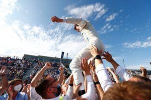 Ник да Врис, Mercedes-Benz EQ, празднует с командой свою победу в чемпионате