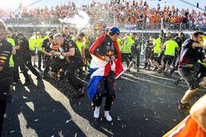 Max Verstappen, Red Bull Racing, 1st position, and the Red Bull team celebrate victory after the race