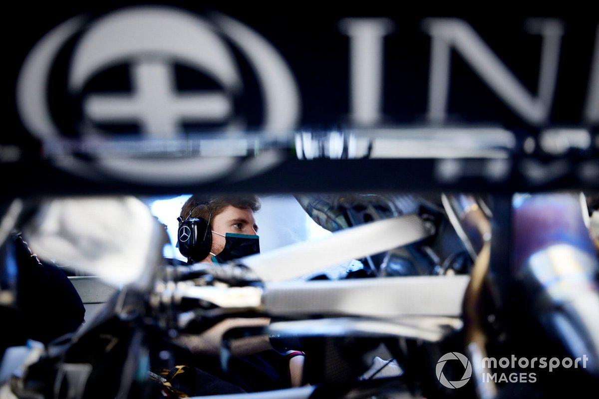 Un miembro del equipo de Mercedes trabajando en el garaje