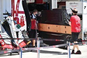 I meccanici portano il fondo di un'Alfa Romeo Racing C41 nel garage della squadra