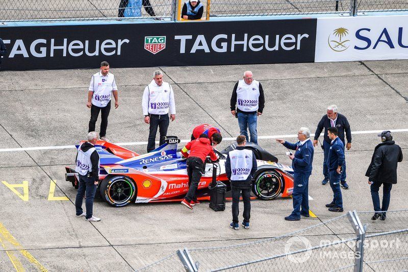 Work is done on Jérôme d'Ambrosio, Mahindra Racing, M5 Electro, on the grid. Scrutineers observe