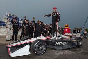 Josef Newgarden, del equipo Penske Chevrolet, señala al presidente del equipo, Tim Cindric, y a su cáliz de excelencia