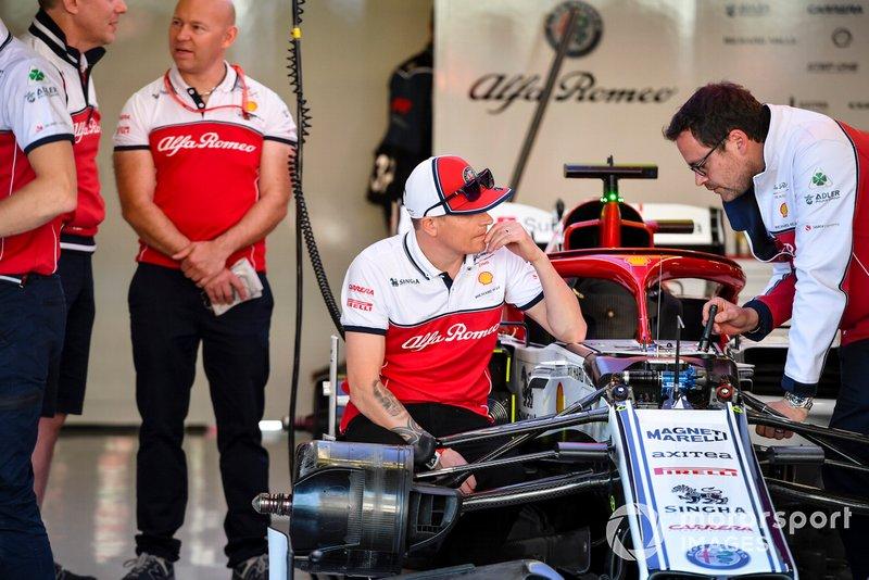 Kimi Raikkonen, Alfa Romeo Racing parle avec un ingénieur