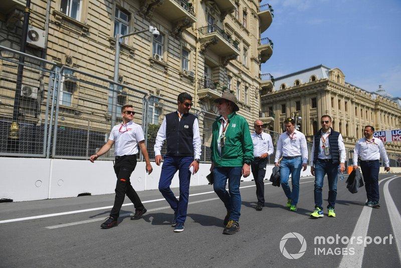 Miembros de la FIA recorren la pista
