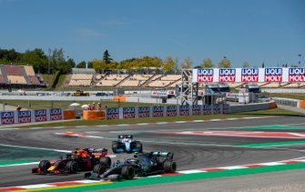 Valtteri Bottas, Mercedes AMG W10, voor Max Verstappen, Red Bull Racing RB15, en George Russell, Williams Racing FW42