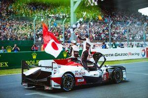 Победители гонки: #8 Toyota Gazoo Racing Toyota TS050: Себастьен Буэми, Казуки Накаджима, Фернандо Алонсо