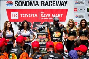 1. Martin Truex Jr., Joe Gibbs Racing, mit Monster-Girls und Sonoma-Girls