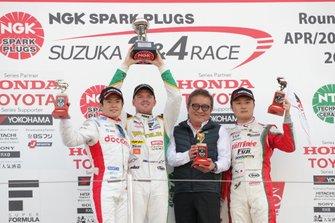 Podium: race winner Nick Cassidy, Team Tom's, second place Naoki Yamamoto, Dandelion Racing, third place Kenta Yamashita, Kondo Racing