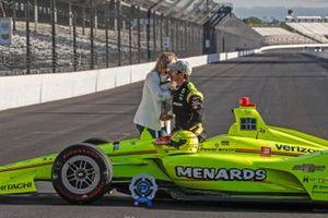Simon Pagenaud, Team Penske Chevrolet, sa petite amie Hailey McDermott et leur chien Norman posent pour la photo de la première ligne