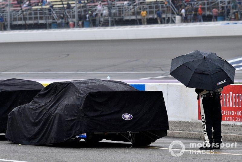 Un oficial de NASCAR durante el retraso de la lluvia