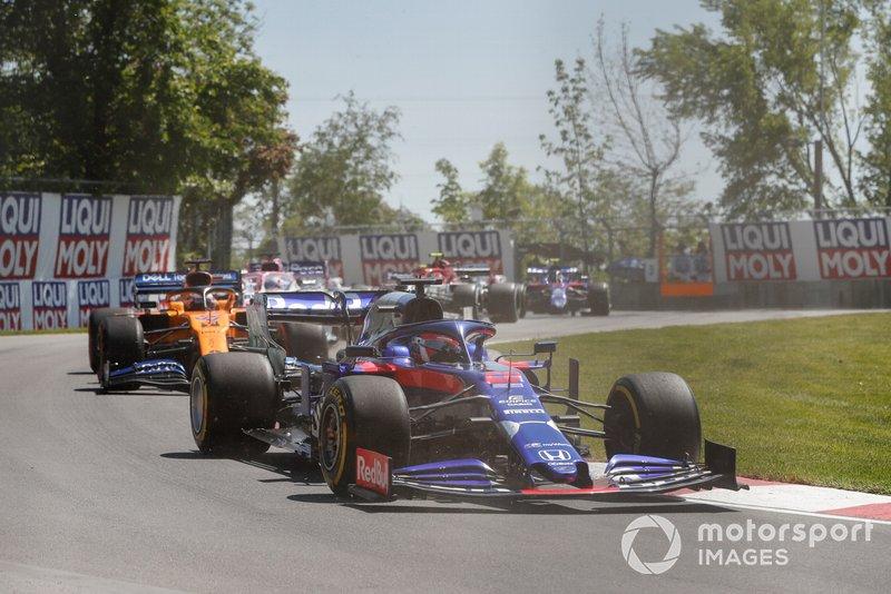 Daniil Kvyat, Toro Rosso STR14, devant Carlos Sainz Jr., McLaren MCL34