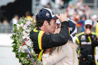 Simon Pagenaud, Team Penske Chevrolet embrasse sa fiancée Hailey McDermott