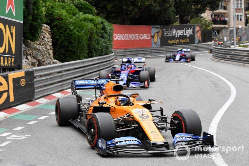 Carlos Sainz Jr., McLaren MCL34, precede Daniil Kvyat, Toro Rosso STR14