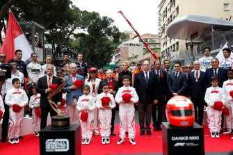 Chase Carey, Presidente, Fórmula 1, Princesa Charlene, Príncipe Alberto II, Jean Todt, Presidente, FIA y su esposa Michelle Yeoh, y las Mascotas de la cuadrilla se reunieron para rendir homenaje a Niki Lauda