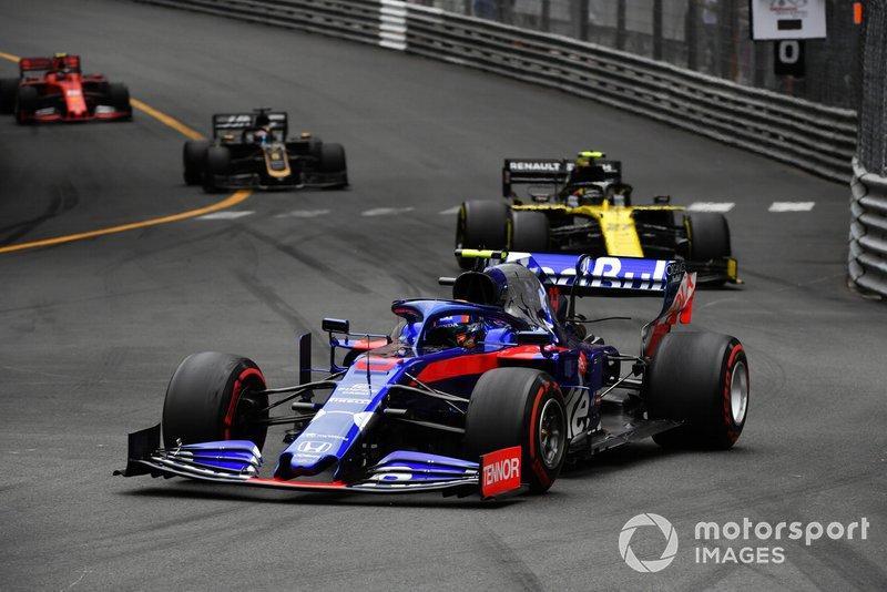 Alexander Albon, Toro Rosso STR14, precede Nico Hulkenberg, Renault R.S. 19, e Romain Grosjean, Haas F1 Team VF-19