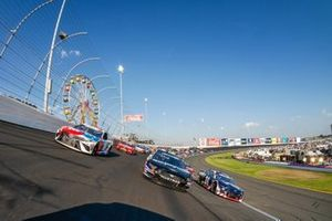 Pace-Laps in Three-Wide-Formation beim Coca-Cola 600 in Charlotte