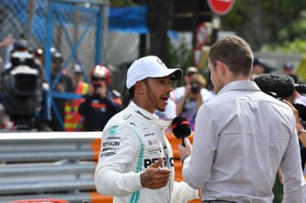 Lewis Hamilton, Mercedes AMG F1, es entrevistado por Paul di Resta, Sky Sports F1, después de conseguir la pole