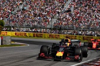 Max Verstappen, Red Bull Racing RB15, voor Charles Leclerc, Ferrari SF90