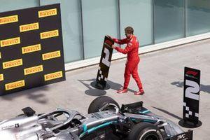 Sebastian Vettel, Ferrari, seconda posizione, cambia le posizioni in segno di protesta contro una penalità che gli è costata la vittoria
