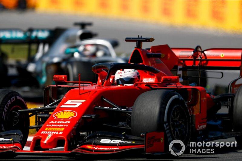 Mas o ritmo de Hamilton foi melhorando e ele colou em Vettel, pressão total.