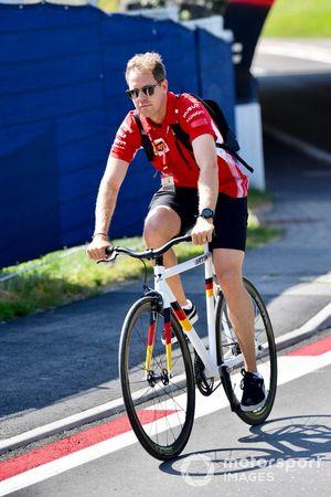 Sebastian Vettel, Ferrari arrive à vélo