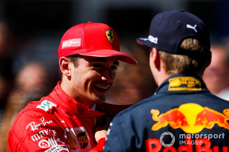Pole sitter Charles Leclerc, Ferrari, parla con Max Verstappen, Red Bull Racing