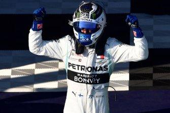 Le vainqueur Valtteri Bottas, Mercedes AMG F1, fête sa victoire
