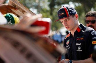 Max Verstappen, Red Bull Racing deelt handtekeningen uit aan fans