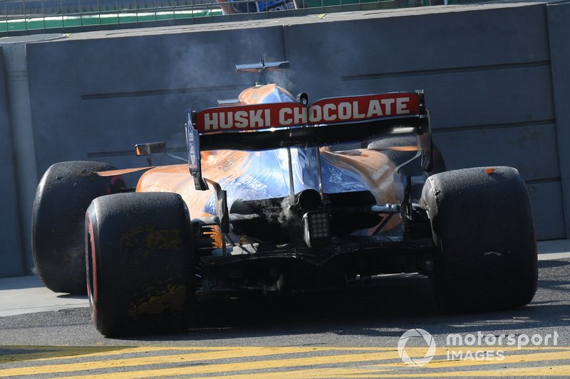 Carlos Sainz Jr., McLaren MCL34, si ritira dalla gara