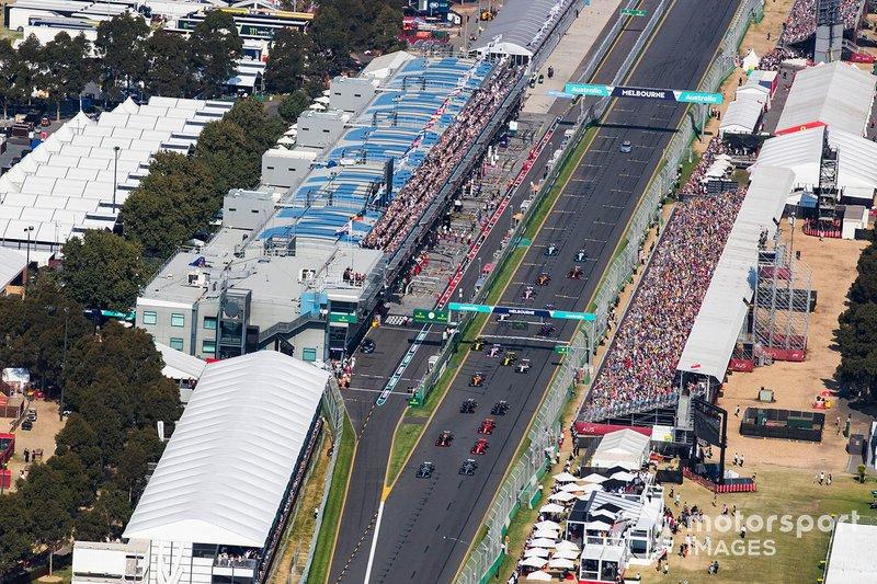 Valtteri Bottas, Mercedes AMG W10, precede Lewis Hamilton, Mercedes AMG F1 W10, Sebastian Vettel, Ferrari SF90, Max Verstappen, Red Bull Racing RB15, Charles Leclerc, Ferrari SF90, ed il resto del gruppo all'ingresso della prima curva
