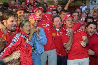 Michael Schumacher, Ferrari, celebra con el equipo después de ganar